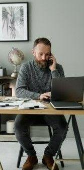 На картинке мужчина ведет учет своего бизнеса