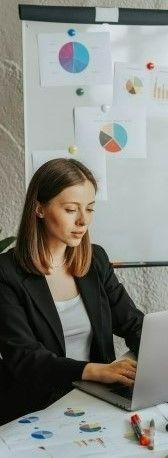 На фото девушка в офисе работает над проектом