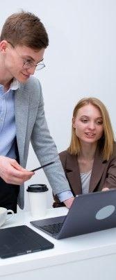 На фото мужчина обсуждает с девушкой продукт который они разработали