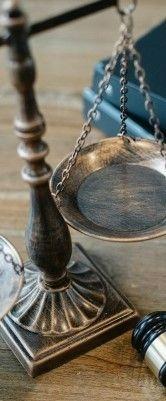 На фото чаши весов и молоток