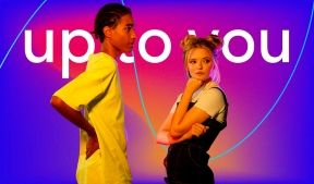 На фото молодой парень и молодая девушка стоят