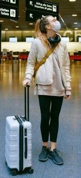 На фото девушка в аэропорту ищет свой рейс