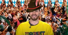На фото изображен молодой парень в шляпе