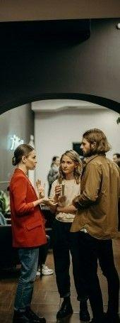 На фото трое людей обсуждают интересный фильм на английском языке