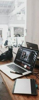 На картинке изображен офис со столом на котором лежит ноутбук с документами