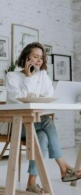 На фото девушка звонит в техподдержку