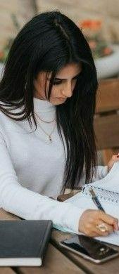 На фото девушка готовит свой рабочий проект