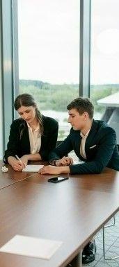 Фото, где в офисе парень с девушкой подписывают документ