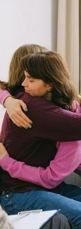 Фото, где две девушки обнялись при эмоциональной травме