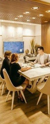 На фото работники проводят конференцию