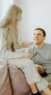 На фото девушка с парнем обсуждают интересную ситуацию на английском языке