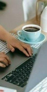Фото, где человек работает на ноутбуке у себя дома