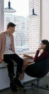 Фото, где в комнате сидят парень с девушкой и разговаривают на английском