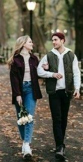 На фото парень с девушкой гуляют в парке и общаются