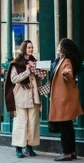 На фото две знакомые девушки встретились на улице и пошли по магазинам