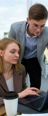 На фото девушка с парнем обсуждают новый проект для перспективного роста