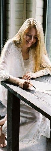На фото девушка пишет текст на английском языке