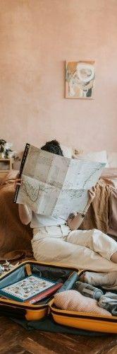 Фото, где девушка изучает карту на английском языке