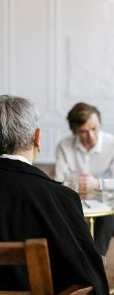 На фото мужчина высказывается своему психологу свои проблемы