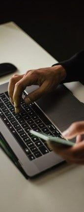 Фото, где мужчина с ноутбуком и телефон изучает английский язык