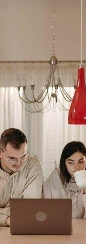 На фото девушка с парнем изучают английский язык через ноутбук