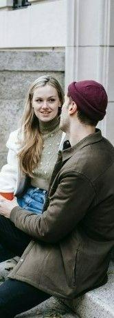 На фото мужчина рассказывает девушке какой посмотрел фильм на английском языке