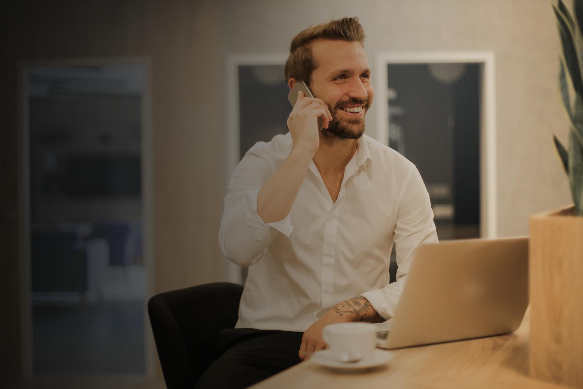Фото с мужчиной сидящий на стуле и разговаривающий по телефону