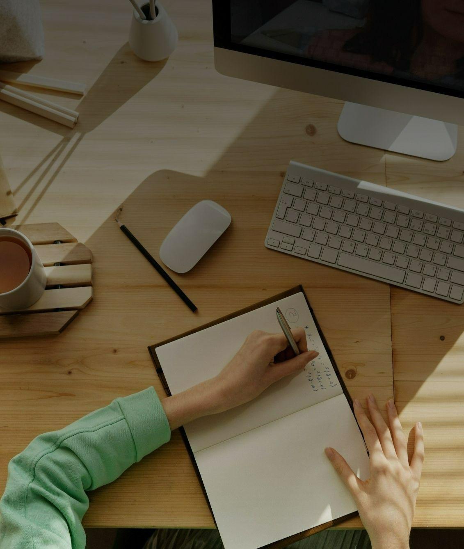 На фото молодой парень учиться через компьютер