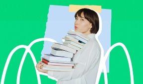 На фото девушка несет учебники