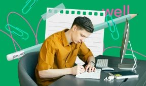 На фото молодой парень записывает данные с компьютера