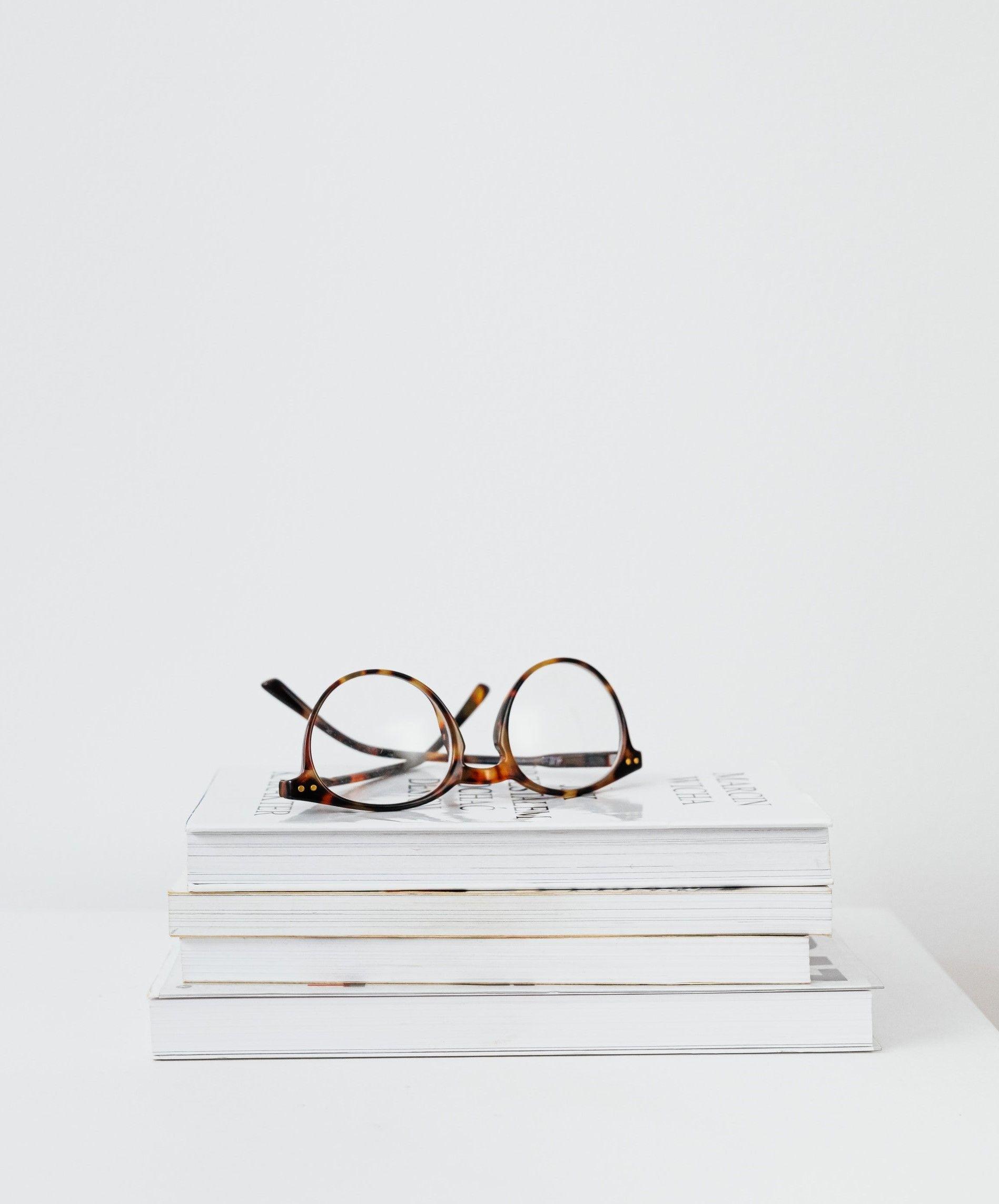 На изображение книги на которых лежат очки