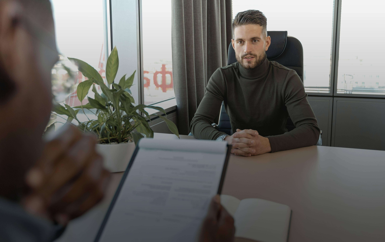 Фото с мужчиной проходящий собеседование на английском языке