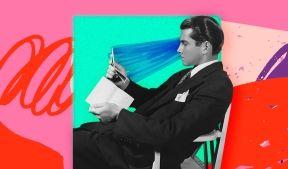 На фото изображен молодой человек сидящий и читающий записи