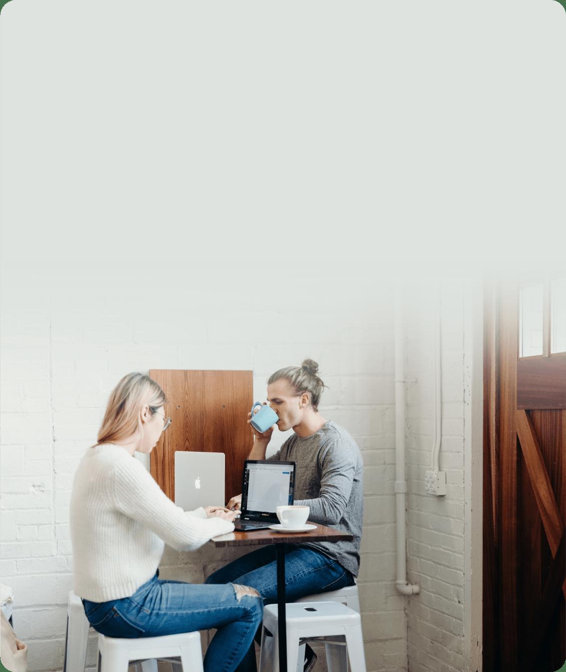 На фото парень и девушка работаю в офисе