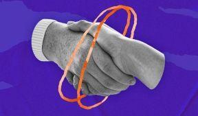 На фото изображены две руки пожимающие друг друга