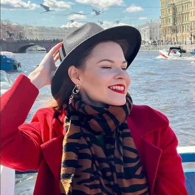 На фото молодая девушка в шляпе