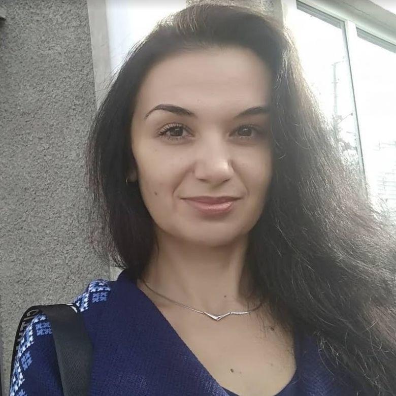 На фото девушка на против здание