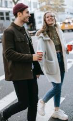 Фото, где парень с девушкой идут по улице пьют кофе и разговаривают на английском языке