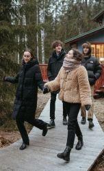 Фото, где четыре человека гуляют на улице и разговаривают на английском языке