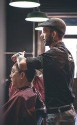 Фото, где в парикмахерской один мужчина подстригает другого мужчину