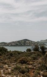 На фото небольшой водоем на фоне горы