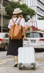 Фото, где девушка с чемоданом в незнакомом городе
