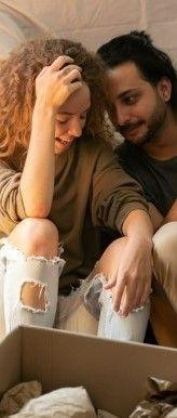Фото, где парень с девушкой находясь в комнате разговаривают на английском и смеются