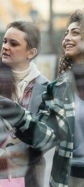 Фото двух девушек гуляющих по улице и рассматривающие витрины магазинов