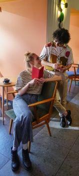 На фото девушка с парнем обсуждают книгу на английском языке