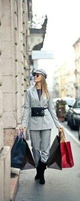 Фото, где девушка гуляет по магазинам и делает покупки разговаривая с продавцами на английском языке