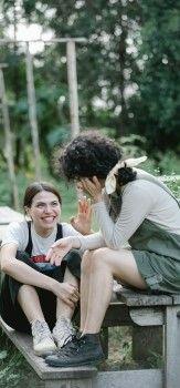На картинке две девушки рассказывают интересную историю на английском языке
