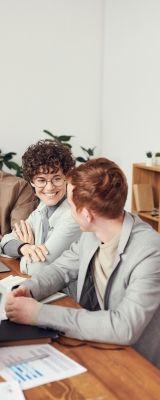 На фото девушка с парнем обсуждают рабочую ситуацию на английском языке
