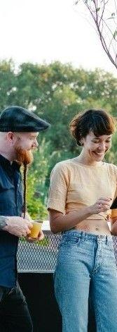 Фото, где парень с девушкой рассматривают в телефоне программу курсов английского языка