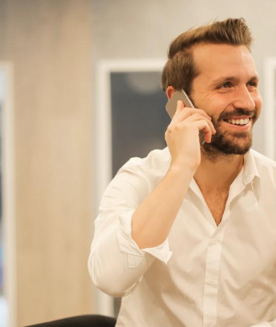 На фото мужчина общается через телефон